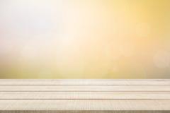 Panneau supérieur en bois de table sur le fond jaune Image libre de droits