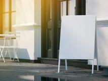 Panneau vide blanc de menu sur le trottoir Rayons de lumière rendu 3d Images libres de droits