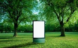 Panneau vide de la publicité en parc Photo stock