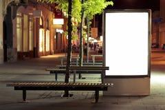 Panneau vide de panneau d'affichage la nuit Photos libres de droits