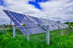 Panneaux à énergie solaire contre le ciel ensoleillé Images stock