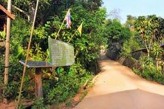 Panneaux à énergie solaire dans un village de l'Asie de l'Est, dans la jungle images libres de droits