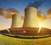 Panneaux à énergie solaire et centrale nucléaire Photographie stock