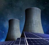 Panneaux à énergie solaire et centrale nucléaire Images libres de droits