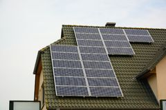 Panneaux à énergie solaire sur le toit de la maison Photo stock