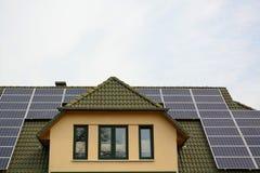 Panneaux à énergie solaire sur le toit de la maison Photographie stock libre de droits