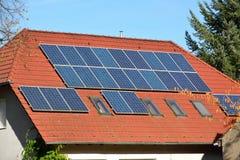 Panneaux à énergie solaire sur le toit de la maison Images libres de droits