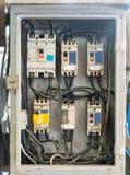Panneaux électriques, contrôles et commutateurs dans la boîte Images stock