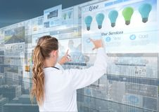 panneaux avec le fond foncé (bleu) de ville de sites Web faire de docteur de femme amincit sur les écrans Image libre de droits