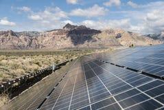 Panneaux d'énergie solaire à la région nationale de conservation de canyon rouge de roche Image libre de droits