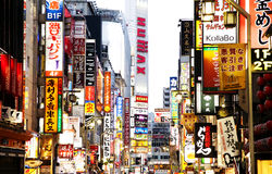 Panneaux d'affichage au néon de publicité extérieure à Tokyo Photo libre de droits