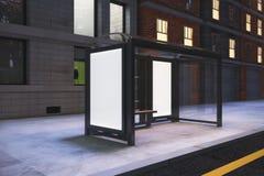 Panneaux d'affichage blancs vides sur la gare routière sur la rue de ville de nuit Images stock