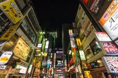 Panneaux d'affichage dans le secteur de Kabuki-cho de Shinjuku Photographie stock libre de droits