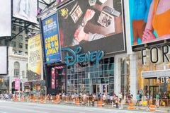 Panneaux d'affichage de publicité de Disney de géant sur un Times Square New York photo stock