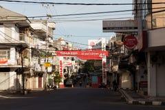 Panneaux d'affichage et câbles de communications sur la rue de Manado Images libres de droits