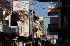 Panneaux d'affichage et câbles de communications sur la rue de Manado Photographie stock