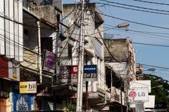 Panneaux d'affichage et câbles de communications sur la rue de Manado Photos libres de droits