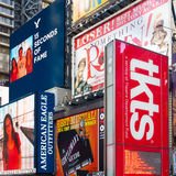Panneaux d'affichage sur le Times Square à côté de la cabine de TKTS vendant le discou Images libres de droits