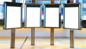 Panneaux d'affichage vides à l'intérieur d'un centre commercial Photographie stock