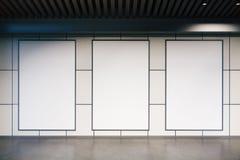 Panneaux d'affichage vides dans l'intérieur de tuile illustration stock