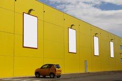 Panneaux d'affichage vides dans un mur jaune Photographie stock