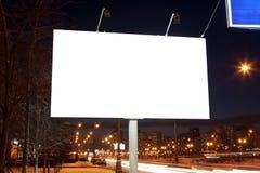 Panneaux d'affichage vides de bord de la route à la soirée Photographie stock libre de droits