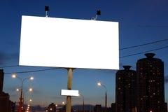 Panneaux d'affichage vides de bord de la route à la soirée dans la ville. Photo stock