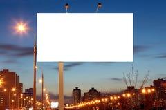 Panneaux d'affichage vides de bord de la route à la soirée dans la ville Photos stock