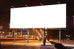 Panneaux d'affichage vides de bord de la route à la soirée dans la ville Image libre de droits
