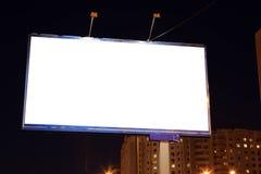 Panneaux d'affichage vides de bord de la route à la soirée dans la ville Images stock