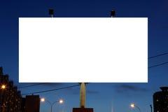 Panneaux d'affichage vides de bord de la route d'annonce à la soirée dans la ville. Image stock
