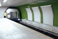 Panneaux d'affichage vides et train mobile dans le souterrain Photos libres de droits