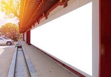 Panneaux d'affichage vides fixés à un mur de briques d'extérieur de bâtiments Photo libre de droits