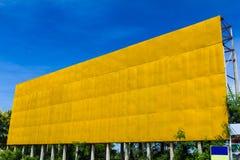 Panneaux d'affichage vides jaunes Photos stock