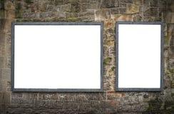 Panneaux d'affichage vides sur le mur en pierre Photo libre de droits