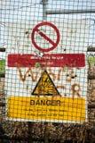 Panneaux d'avertissement de mod au bord d'une gamme de mise à feu Images stock