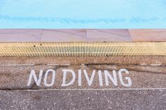 Panneaux d'avertissement interdisant la plongée dans la piscine Image libre de droits