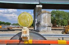 Panneaux d'avertissement pour le travail en cours sur la route en construction photo libre de droits