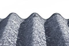Panneaux dangereux de toit d'amiante - un des matériaux les plus dangereux dans l'industrie du bâtiment - image avec l'espace vid photo stock