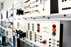 Panneaux de commande dans un laboratoire d'électronique Images libres de droits