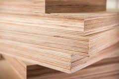 Panneaux de contreplaqué sur l'industrie du meuble Image libre de droits