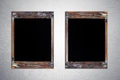 Panneaux de craie vides de vintage sur le mur grunge de ciment Photo stock