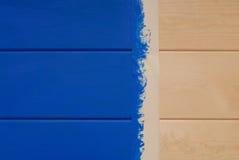 Panneaux de pin peints dans la couleur bleue et la bande collante Photographie stock libre de droits