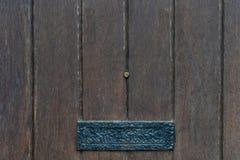 Panneaux de porte de noir de cru avec la boîte de lettre antique - texture/fond de haute qualité images stock