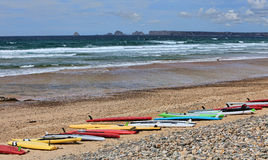 Panneaux de ressac sur une plage en Bretagne, France Photo stock