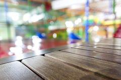 Panneaux de table en bois bruns sales de vieux vintage avec la recherche brouillée Photographie stock libre de droits