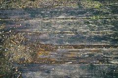 Panneaux en bois délabrés de vieux pont de rivière Images stock