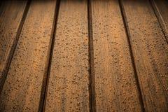 Panneaux en bois de texture de brun foncé avec des gouttes de pluie Photos libres de droits