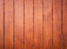 Panneaux en bois rouges détaillés sur le mur, texture de fond Photos stock