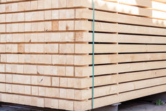 Panneaux en bois stockés à l'intérieur d'un entrepôt Images stock